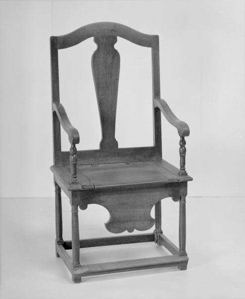 3 fauteuils d'aisances (numéros d'inventaire : 87 GHD 0185.3 et 87 GHD 0264)