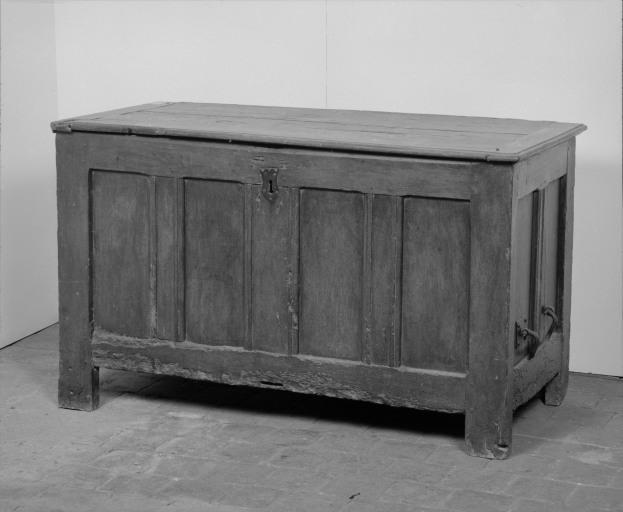 Coffre à vêtements (coffre plat, coffre à plinthe) (29), numéro d'inventaire : 87 GHD 0275