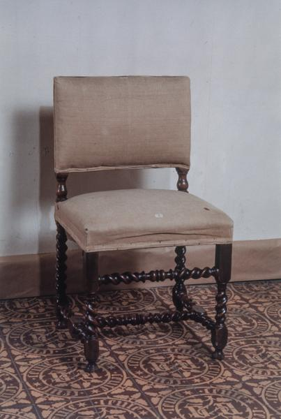 2 fauteuils, 2 chaises et tabouret, style Louis XIII (numéro d'inventaire : 87 GHD 0346, 87 GHD 0347, 87 GHD 348, 87 GHD 0349)