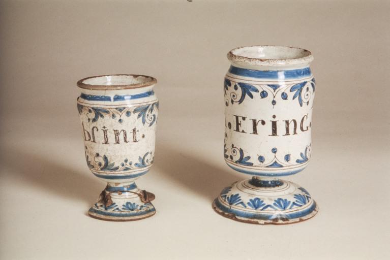 2 pots à pharmacie (pots canons, numéro d'inventaire : 87 GHD 1097)