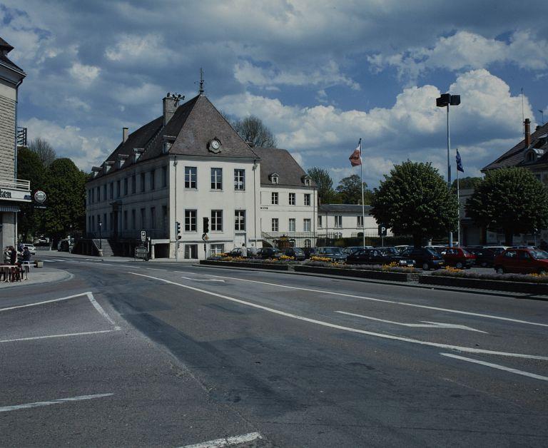 Couvent de bénédictines, puis sous-préfecture et hôtel de ville, actuellement hôtel de ville