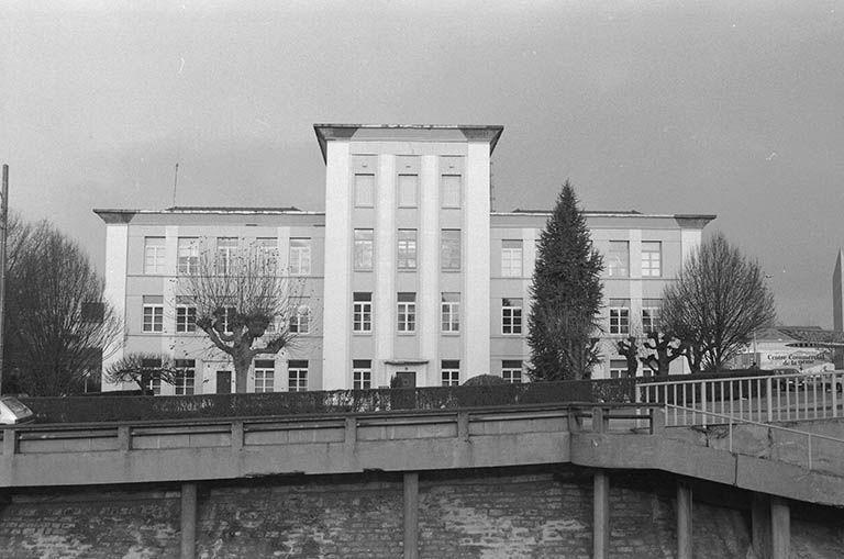 Ecole de garçons dite école de la 9e écluse, actuellement établissement administratif et bâtiment administratif d' entreprise, siège du C.A.U.E. de Saône-et-Loire (paysages du canal du Centre)