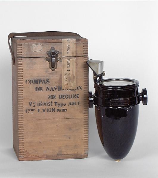 Instrument de mesure des angles pour le repérage des points cardinaux : compas de navigation et sa boîte