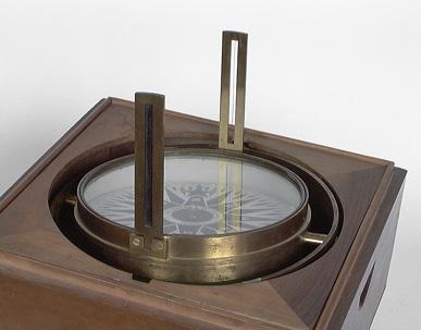 Instrument de mesure des angles pour le repérage des points cardinaux : boussole marine et sa boîte