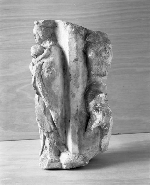 Fragment de croix monumentale portant un Christ en croix et une Vierge à l'Enfant