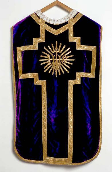 ornement violet : chasuble, étole, manipule, voile de calice, bourse de corporal
