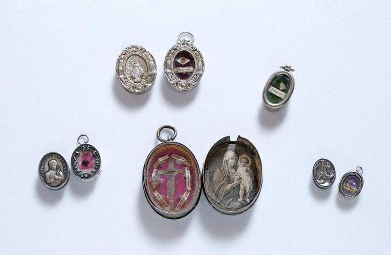 Cinq médaillons-reliquaires