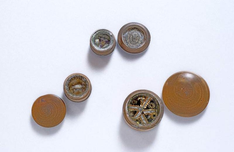 Trois reliquaires en bois tourné