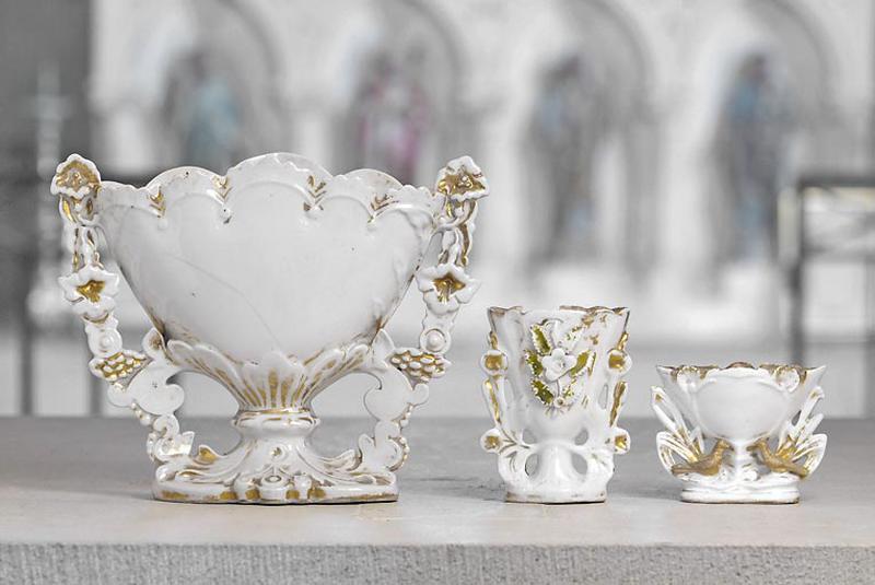 Trois vases à fleurs