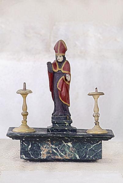 bâton de procession : Saint Eloi entre deux bougeoirs