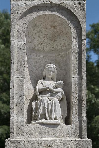 Statue : Vierge à l'Enfant assise, allaitant