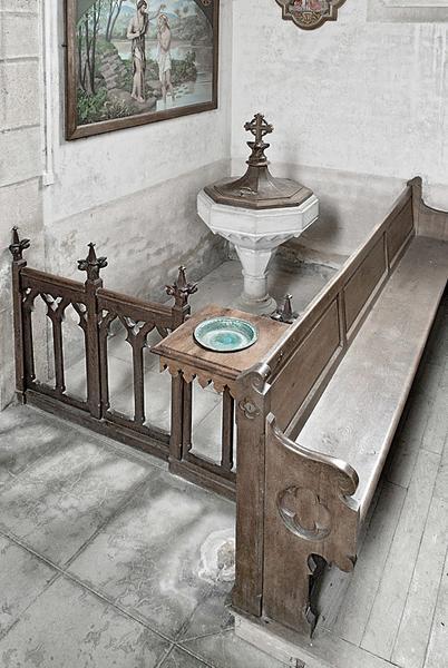 ensemble de mobilier : deux autels latéraux, fonts baptismaux et leur clôture, trente-deux bancs, trois tabourets et un lutrin