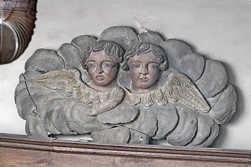 haut-relief : angelots dans les nuées