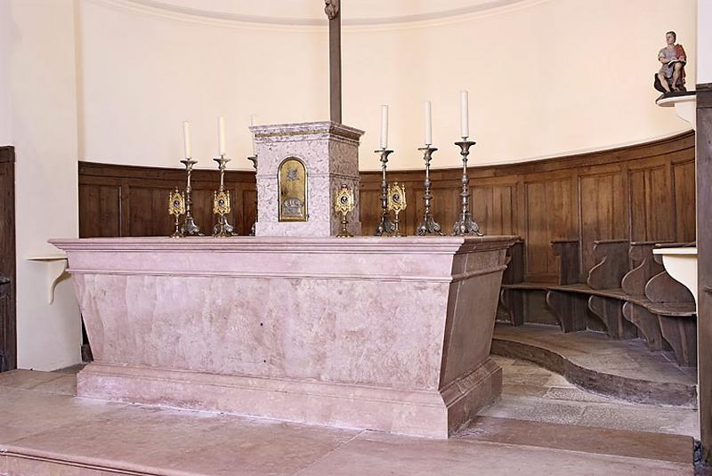 ensemble d'un maître-autel et de deux autels secondaires avec leurs tabernacles