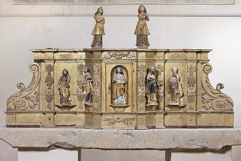 ancien tabernacle à ailes orné de sept statuettes