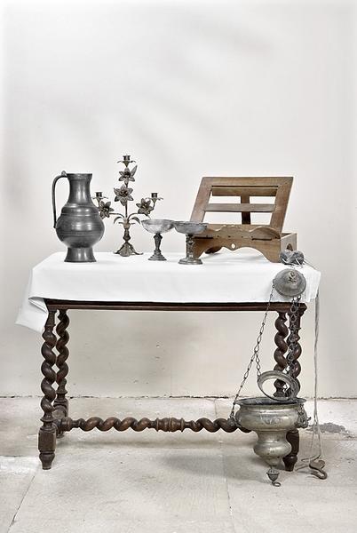 broc, chandelier d'église, vase à quêter, pupitre d'autel et lampe de sanctuaire