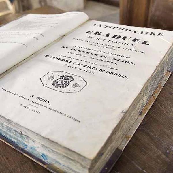 Deux livres liturgiques : antiphonaire et graduel dijonnais
