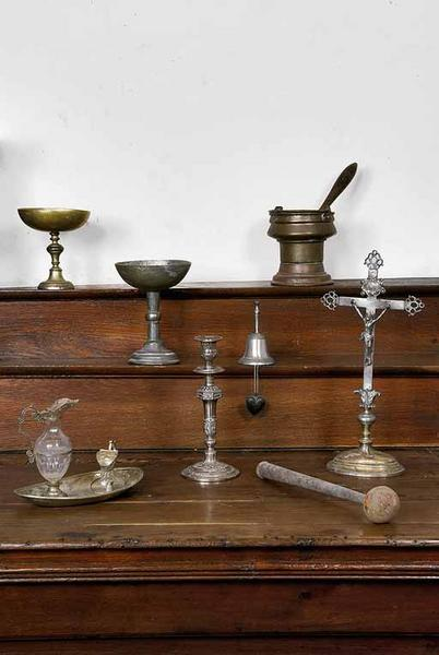 vases de quête, seau à eau bénite, clochette d'autel, coeur de dévotion, burettes et plateau, flambeau, goupillon et croix d'autel