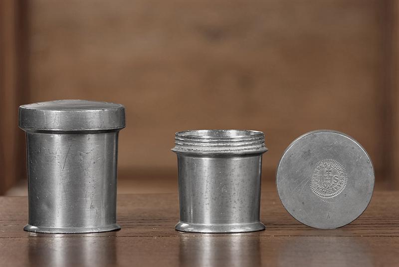 ensemble de 2 pots à pharmacie dits pots à onguent (n° d'inventaire 88.858.2 et 858.3)