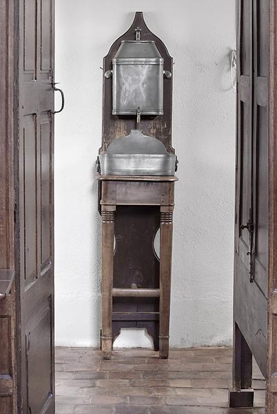 fontaine de toilette et son bassin supportés par un meuble