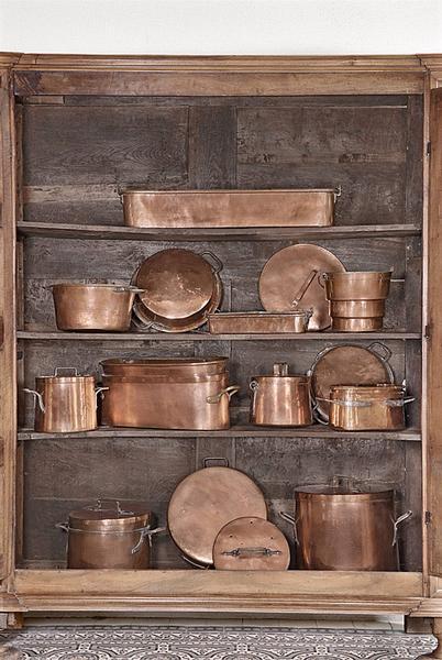 batterie de cuisine composée de marmites, faitouts, poissonnières et bassines