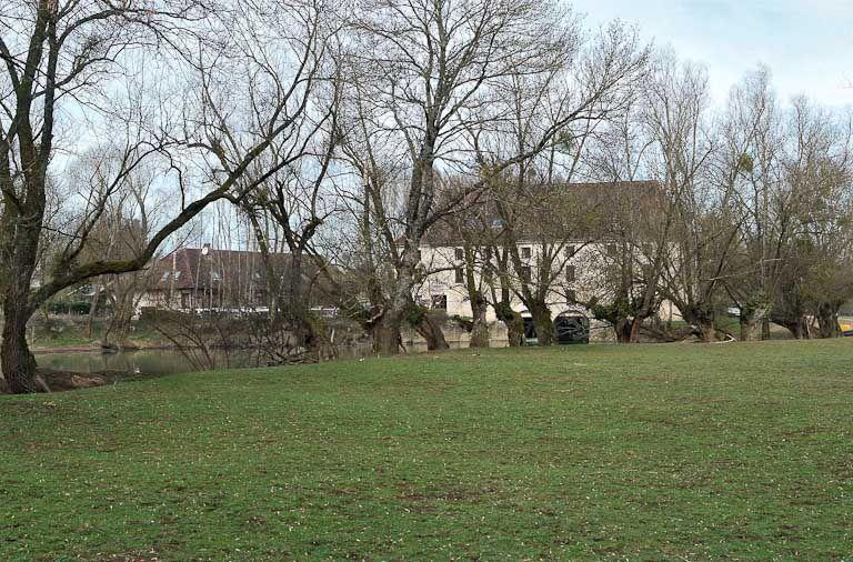 moulin de Bourgchâteau puis minoterie ; actuellement hôtel de voyageurs et restaurant (paysages et activités liés à la Seille canalisée)