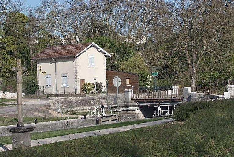 maison de garde-barrière (paysages du canal de Bourgogne)