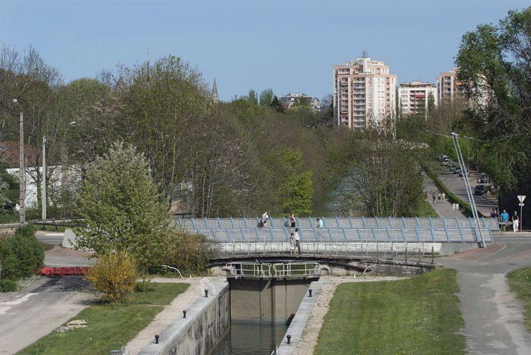 site de l'écluse 54 du versant Saône, dite de Larrey (canal de Bourgogne) ; site de l'écluse 54 du versant Saône, dite de Larrey (canal de Bourgogne) ; pont routier isolé (canal de Bourgogne)