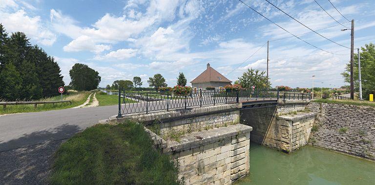 Pont routier sur l'écluse 64 du versant Saône (canal de Bourgogne)