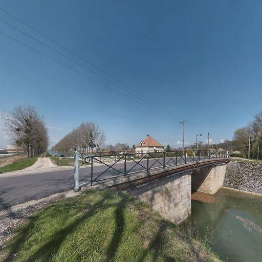 pont routier sur l'écluse 65 du versant Saône (canal de Bourgogne)