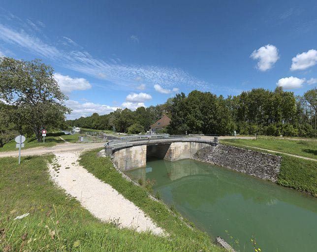 Pont routier sur l'écluse 75 du versant Saône (canal de Bourgogne)