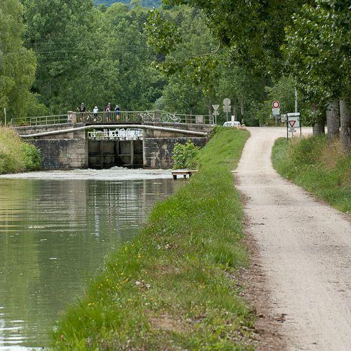 Pont routier sur l'écluse 36 du versant Saône ; pont sur l'Ouche (canal de Bourgogne)