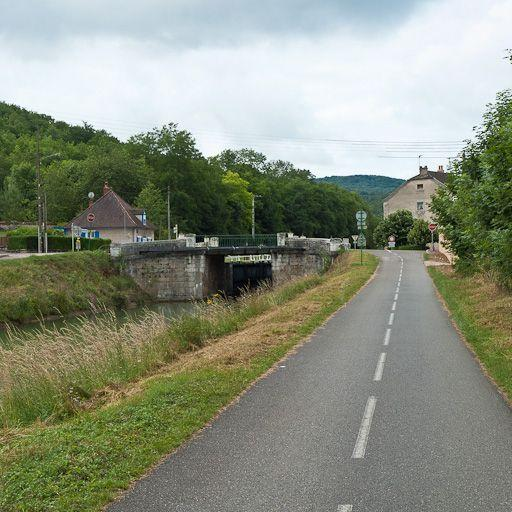 Pont routier sur l'écluse 38 du versant Saône (canal de Bourgogne)