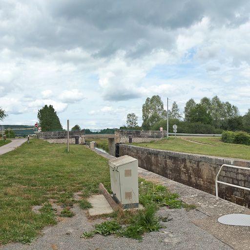 Pont routier sur l'écluse 07 du versant Yonne (canal de Bourgogne)