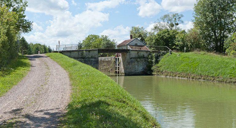 Pont routier sur l'écluse 24 du versant Yonne (canal de Bourgogne)