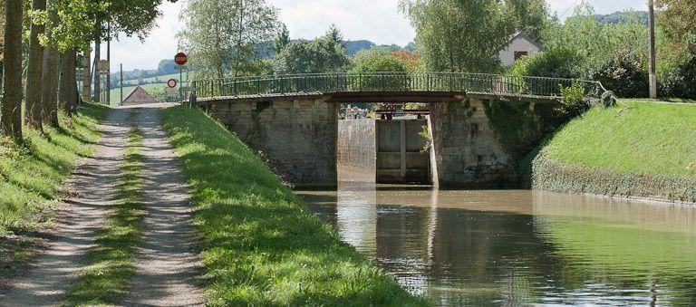 pont routier sur l'écluse 27 du versant Yonne (canal de Bourgogne)