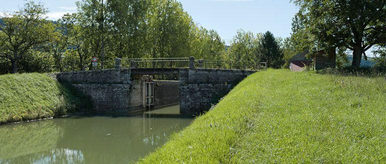 Pont routier sur l'écluse 35 du versant Yonne (canal de Bourgogne)