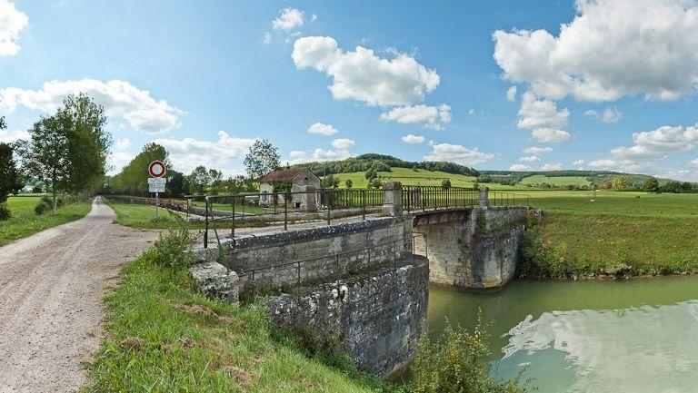 pont routier sur l'écluse 52 du versant Yonne (canal de Bourgogne)