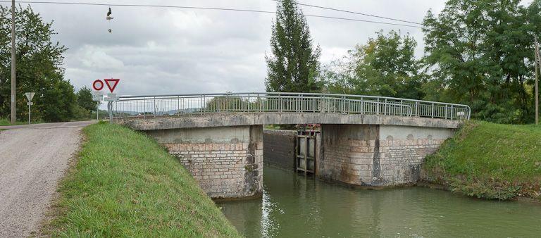 pont routier sur l'écluse 57 du versant Yonne (canal de Bourgogne)