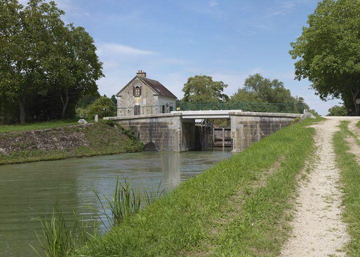 Pont routier sur l'écluse 109 du versant Yonne (canal de Bourgogne)