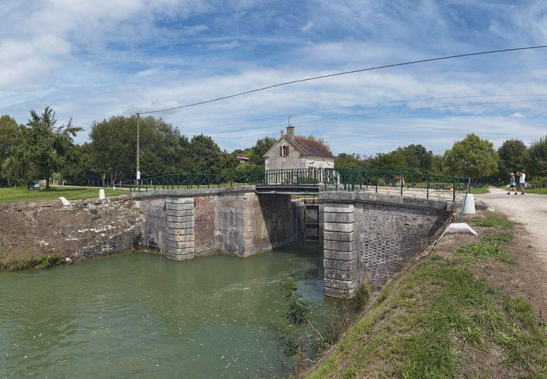 Pont routier sur l'écluse 110 du versant Yonne (canal de Bourgogne)