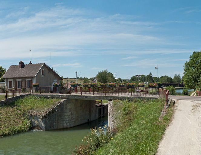 Pont routier sur l'écluse 85 du versant Yonne (canal de Bourgogne)