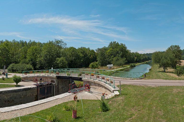 Pont routier sur l'écluse 87 du versant Yonne (canal de Bourgogne)
