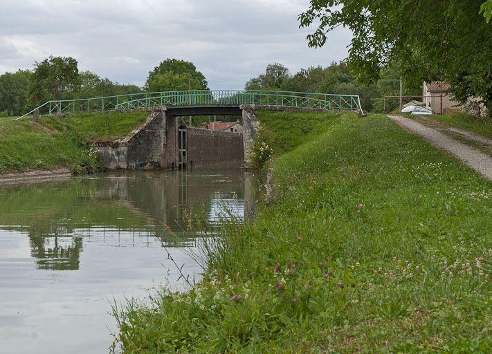 pont routier sur l'écluse 89 du versant Yonne (canal de Bourgogne)