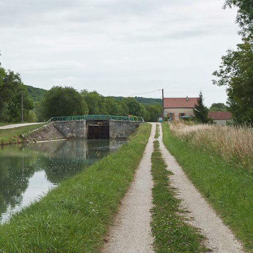 pont routier sur l'écluse 94 du versant Yonne (canal de Bourgogne)