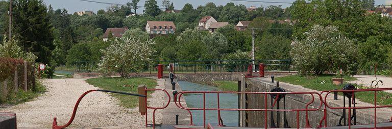 pont routier sur l'écluse 108 du versant Yonne (canal de Bourgogne)