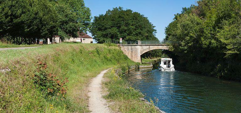 pont routier isolé (canal de Bourgogne)
