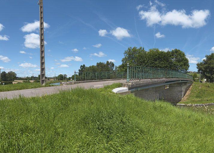 pont routier isolé de Sainte-Sabine (canal de Bourgogne)