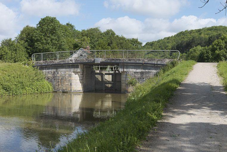pont routier sur l'écluse 18 du versant Saône (canal de Bourgogne)