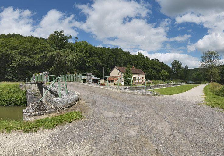 site de l'écluse 19 du versant Saône, dite de la Sarrée (canal de Bourgogne) ; pont routier sur l'écluse 19 du versant Saône (canal de Bourgogne)